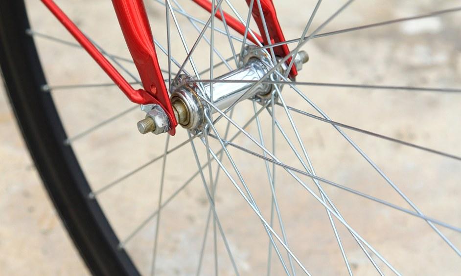 נתניה: ניסה לרכב על אופניו עם כוס וודקה ביד