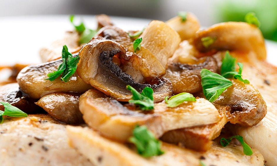 רצועות חזה עוף בפטריות