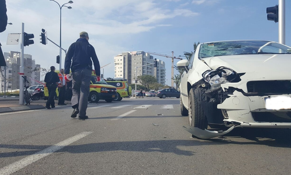 נתניה: נער נפגע מרכב בעת שרכב על אופניים חשמליים