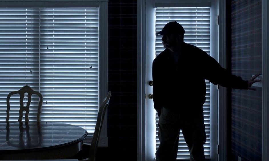 אישום: פרץ לבית, גנב רכב וניסה להימלט