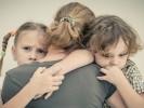 אמא-ילדים-חיבוק-עצב