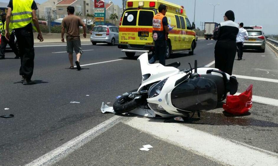 נתניה: רוכב אופנוע נפצע מפגיעת רכב