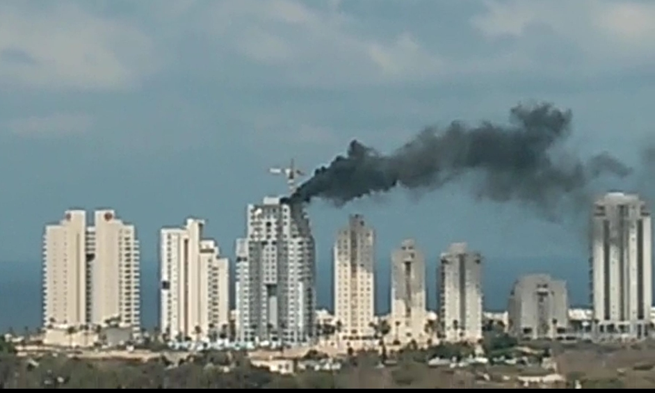 נתניה: דליקה פרצה בגג בניין בעת הנחת זפת
