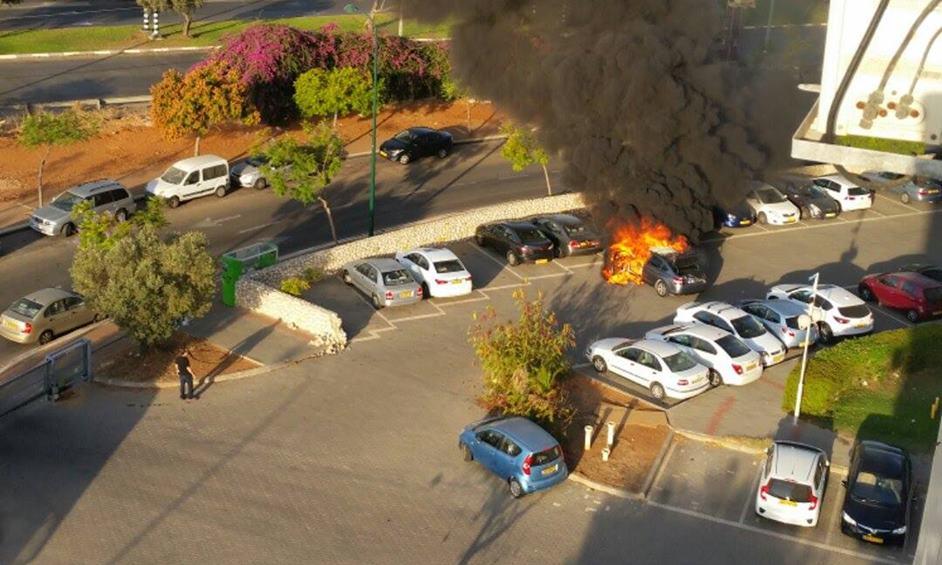 נתניה: רכב התלקח וגרם לשריפת רכבים נוספים