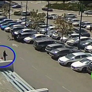 החשוד עם התיק בידו ליד עגלת הקניות