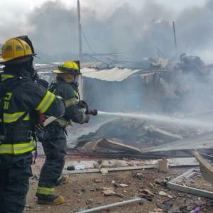 לוחמי האש נלחמים באש ובפיצוצים. צילום דוברות כיבוי אש