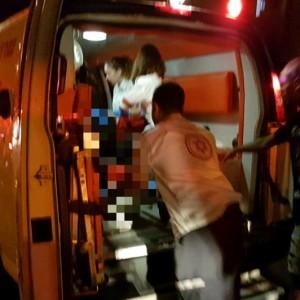 """מטפלים פצוע ברחוב קרן היסוד. צילום שלומי מרצ'ביאק, תיעוד מבצעי מד""""א"""