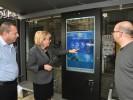 ראש העירייה, מרים פיירברג-איכר בתחנת האוטובוס החכמה. צילום באדיבות עיריית נתניה