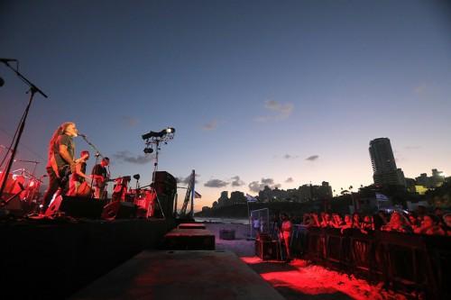 מוש בן ארי במופע זריחה בחוף הים בנתניה. צילום באדיבות עיריית נתניה