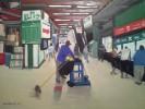 אולגה קונדינה המנקה בנמל התעופה שמן על בד. צילום באדיבות עיריית נתניה